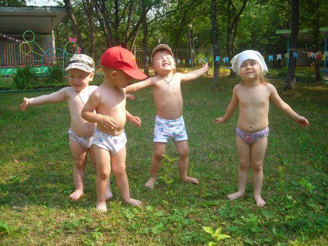 малыши во две бегают босиком и принимают воздушные ванны