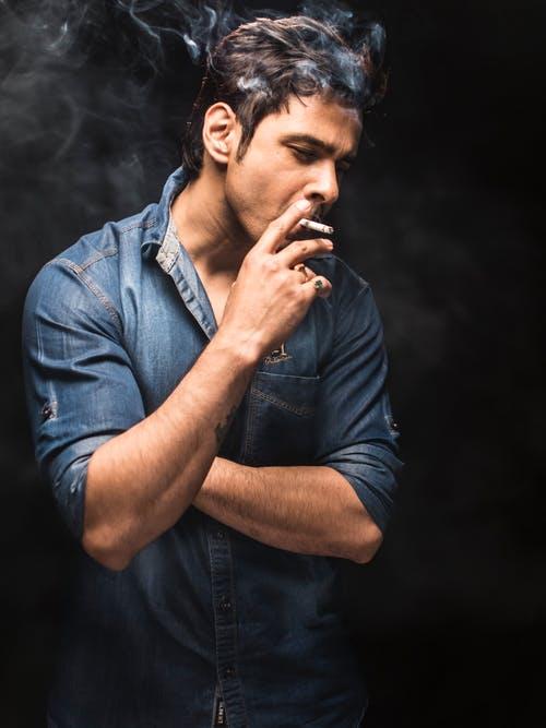 Молодой человек с сигаретой