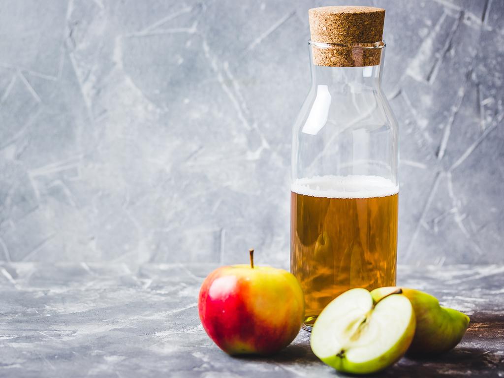 Яблочный уксус и яблоки.