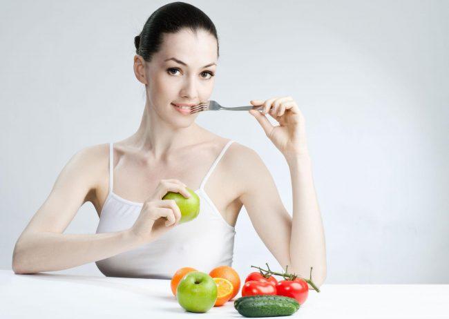 девушка на фруктово-овощной диете