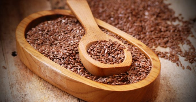 деревянная ложка с семенами льна